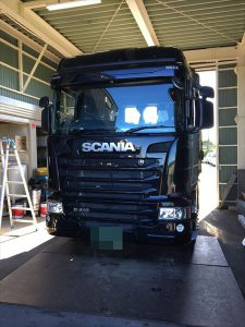 大型トラックSCANIAガラス交換