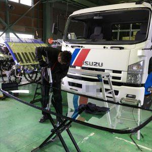 ISUZUトラックのフロントガラス交換