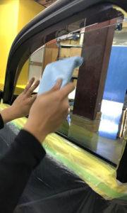 自動車ガラスフィルム貼り付け
